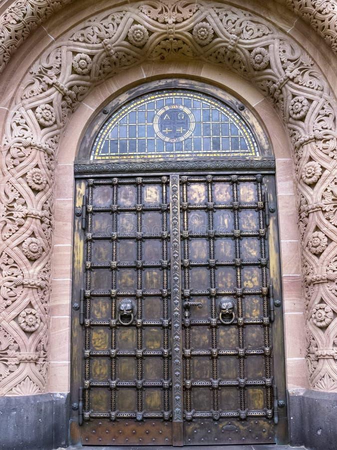 Evangelische Kirche der ErlöserEinstiegstür, in Gerolstein, Deutschland lizenzfreies stockbild