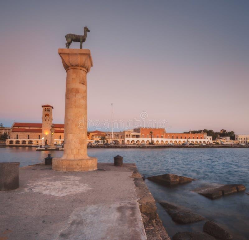 Evangelizmos kyrktar (kyrkan av förklaringen) och skulpterar Rhodes hjortar och hjortar på gryning Rhodes ö Grekland royaltyfri foto