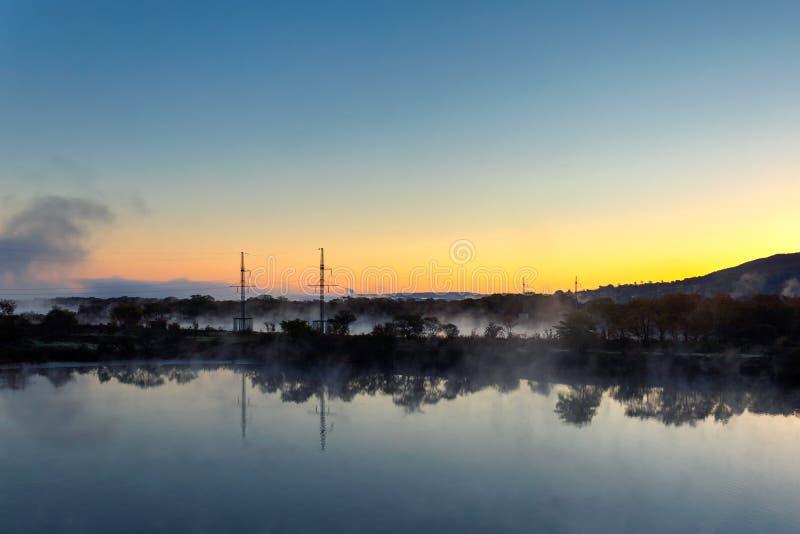 Evapoation da água no rio no alvorecer com reflexão bonita fotografia de stock