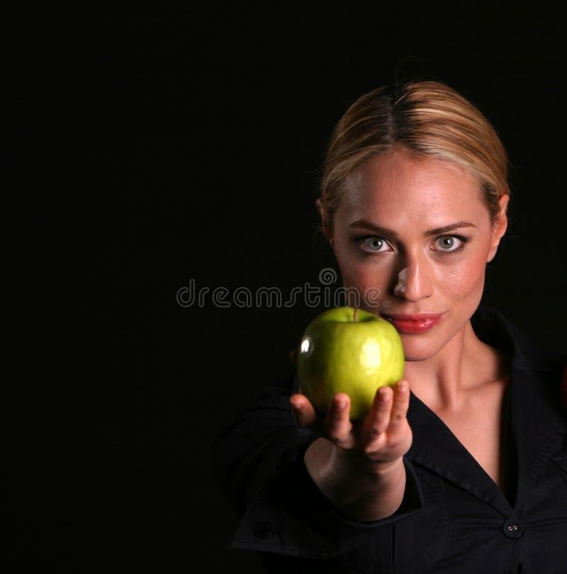 Eve übergibt IHNEN einen Apple stockfotografie