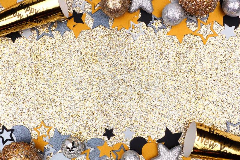 Eve Новые Годы границы двойника против glittery предпосылки золота стоковые фото