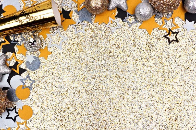Eve Новые Годы границы угла против glittery предпосылки золота стоковое фото