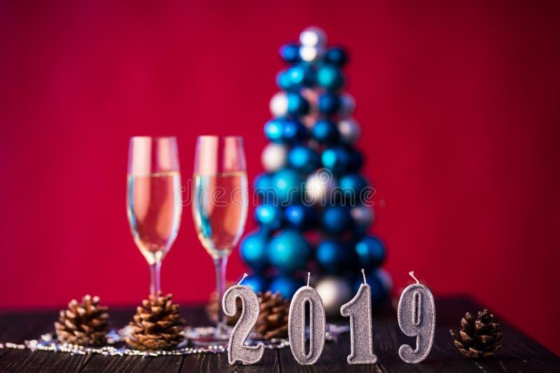 Eve Новые Годы предпосылки 2019 торжества с парами каннелюр, на украшении рождества на предпосылке стоковые изображения