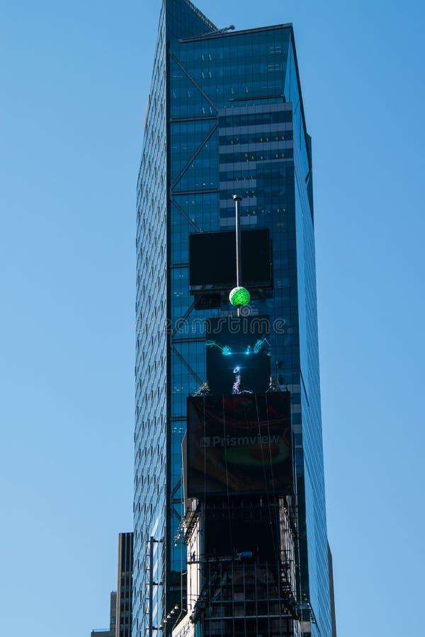 Eve Ball en cristal de nouvelle année sur un poteau sur l'un bâtiment de Times Square à New York City image stock