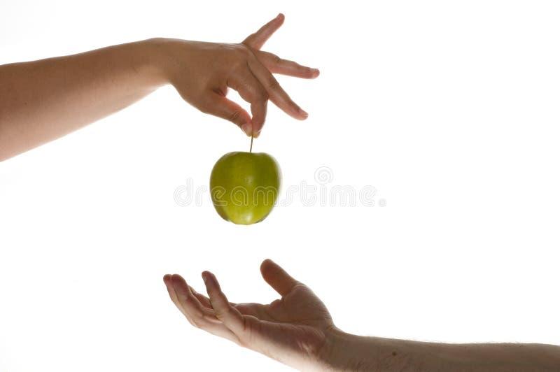 Eve gibt Adam Apfel stockbilder