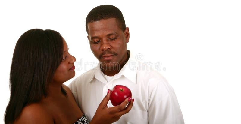 Eve offrant Apple à Adam image stock