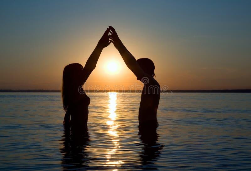 eveing hav för par royaltyfri fotografi