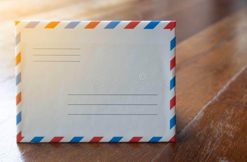 Evelope bianco della lettera di stile del primo piano retro con luce arancio fotografia stock libera da diritti