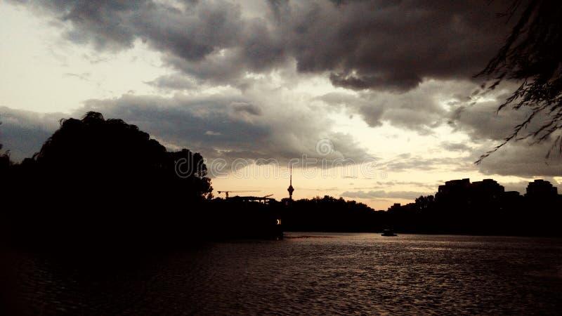 Evenfall sobre el agua fotos de archivo