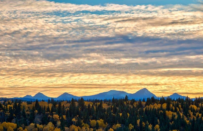 Evening światło w Alberta pogórzach i Skalistych górach w jesieni obrazy royalty free