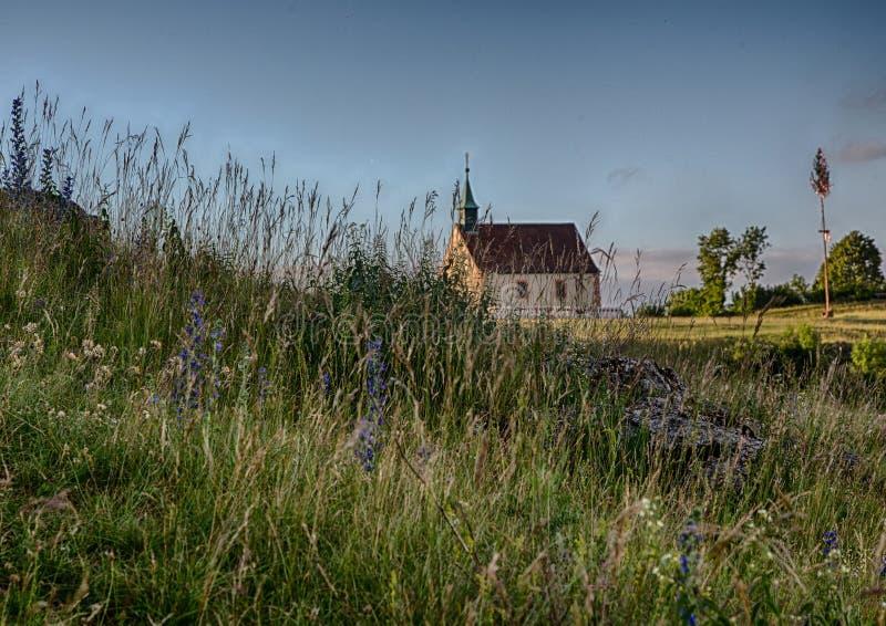 Evening krajobraz sławny wzgórze Walberla z Walpurgis kaplicą przy Franconian suisse w Bavaria w południowym Niemcy obraz royalty free