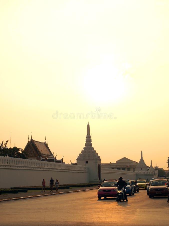 Evening ruch drogowego blisko Wata Phra Kaew, Bangkok, Tajlandia obraz royalty free