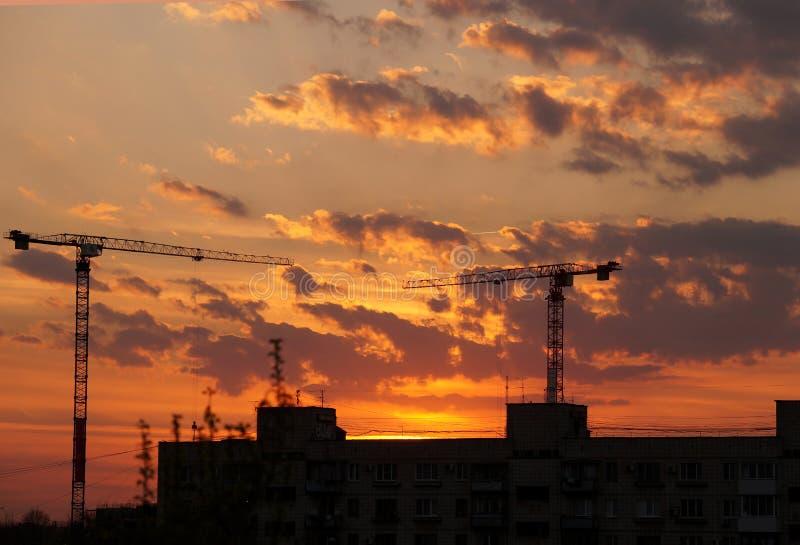 Evening spadek przeciw budowa żurawiom zdjęcia royalty free