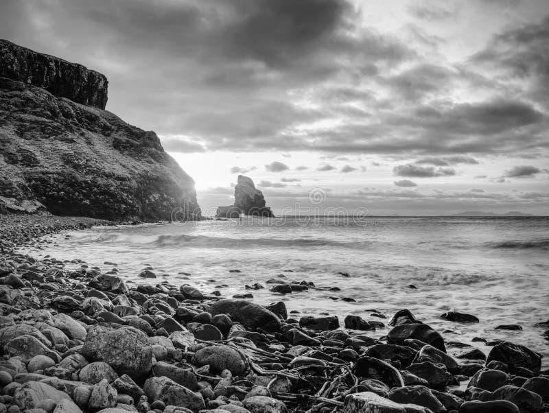 Evening zatoki Ostrze kołysa, czerni, zaokrąglonych głazy, kamienista plaża obraz royalty free