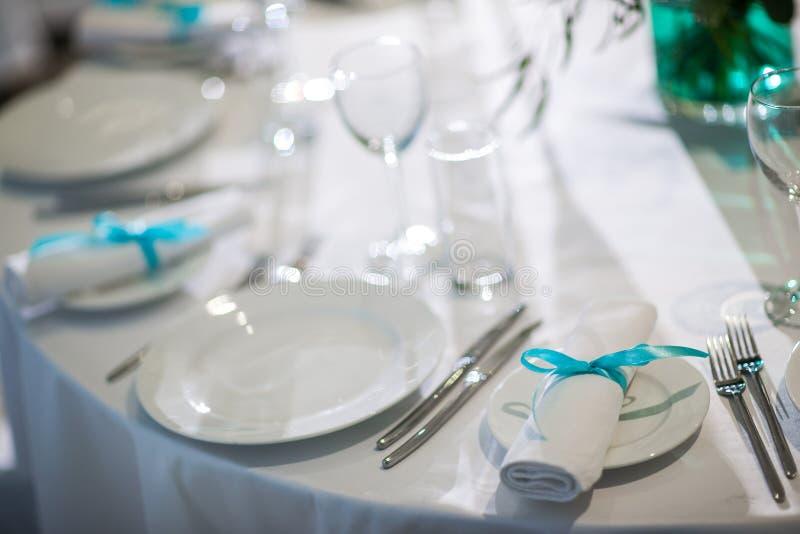 Evento belamente organizado - tabelas de banquete servidas prontas para convidados imagens de stock royalty free