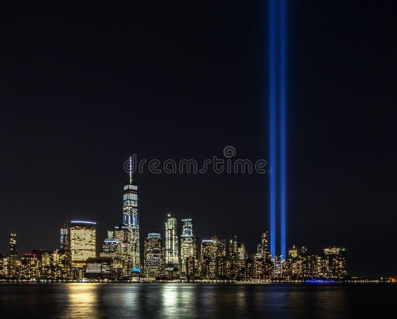 Evento commemorativo leggero di tributo sull' undicesimo settembre nell'orizzonte di New York immagine stock
