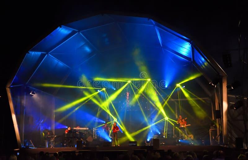 Evento de Música Pública Livre no Funchal Seafront Singer no palco com iluminação de grupo imagem de stock