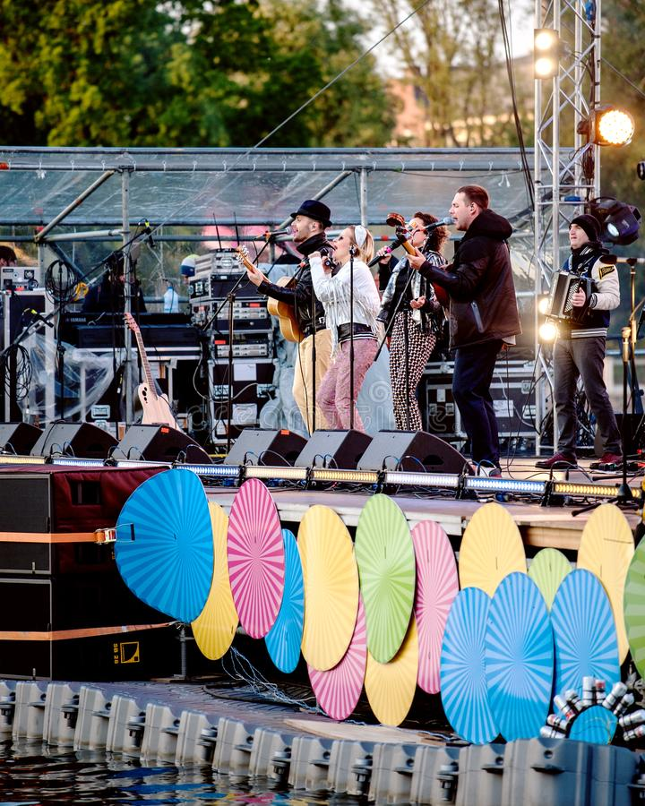 Evento della città a Kaliningrad Russia Fase di scena di concerto sull'acqua nella città Russia di Kaliningrad durante l'evento d fotografia stock libera da diritti