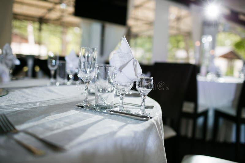 Evento maravillosamente organizado - tablas de banquete servidas listas para las huéspedes imagenes de archivo