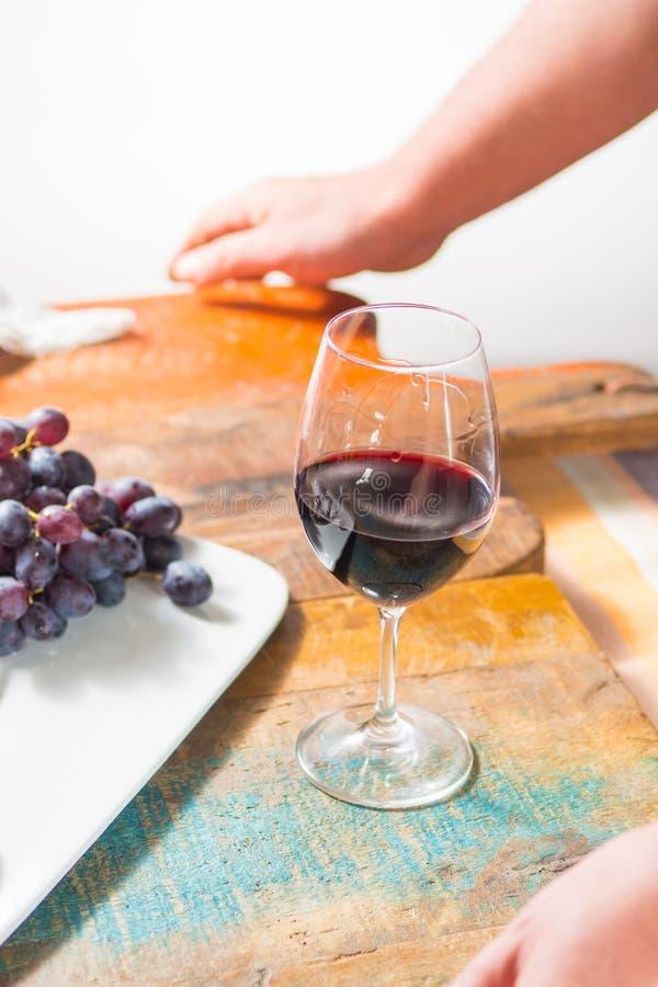 Evento professionale dell'assaggio del vino rosso con il vetro del vino di qualità fotografie stock