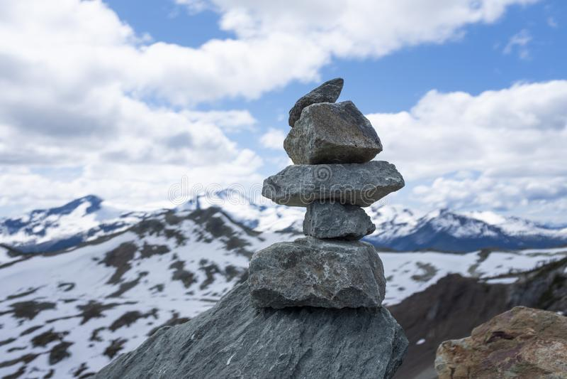 In evenwicht brengende rotsen bovenop de wereld royalty-vrije stock fotografie