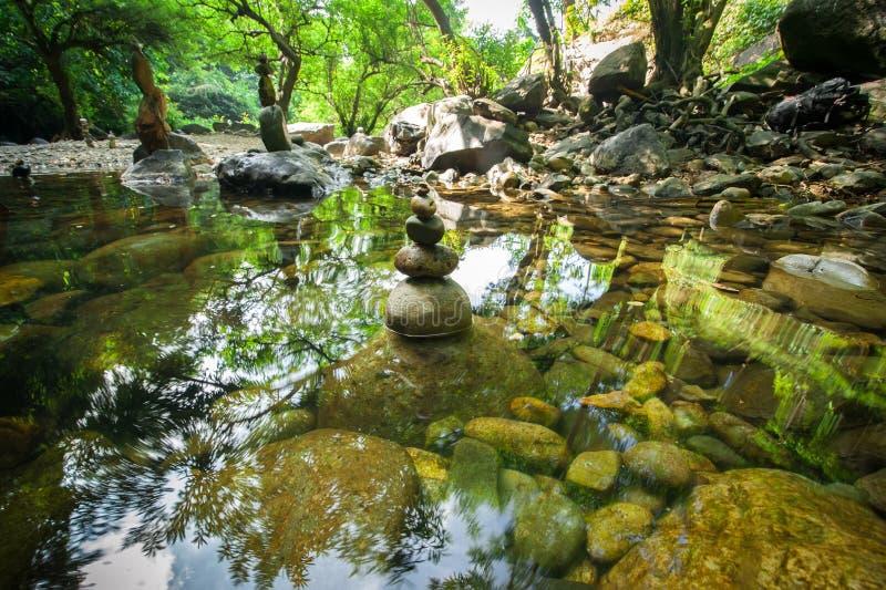 In evenwicht brengende rotsentoren voor de praktijk van de zenmeditatie stock fotografie