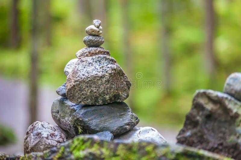In evenwicht brengende steenhopen in het bos royalty-vrije stock fotografie