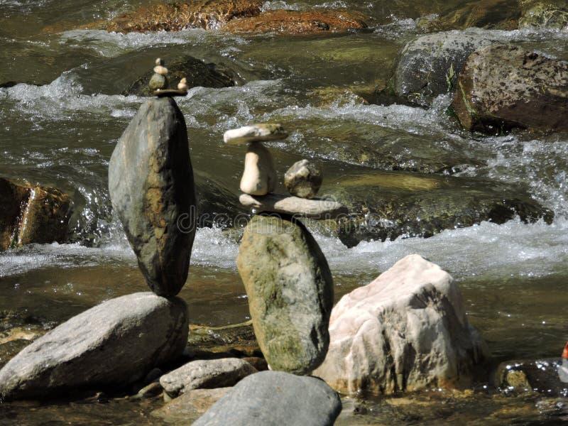 In evenwicht brengende stenen op een rivier royalty-vrije stock foto's