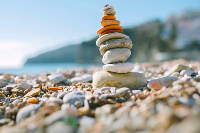 In evenwicht brengende stenen op het strand royalty-vrije stock afbeelding