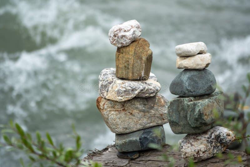 In evenwicht brengende stenen in evenwicht tegen de achtergrond van een bergrivier stock afbeelding
