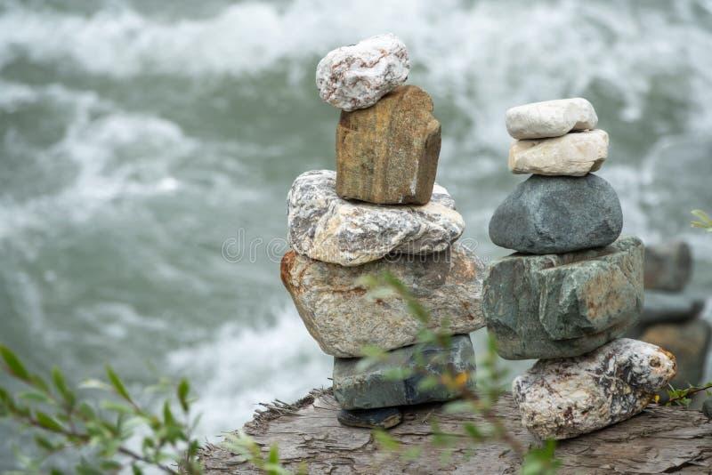 In evenwicht brengende stenen in evenwicht tegen de achtergrond van een bergrivier royalty-vrije stock afbeelding