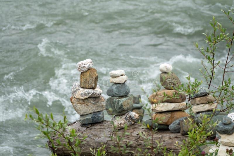 In evenwicht brengende stenen in evenwicht tegen de achtergrond van een bergrivier royalty-vrije stock foto's