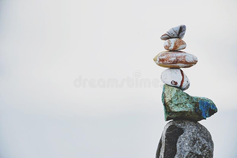 In evenwicht brengende Stenenzandsteen en Chrysocolla stock afbeelding