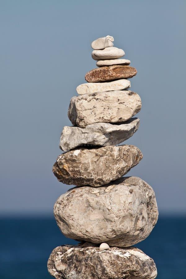 Evenwichtige stapel kiezelstenen stock foto
