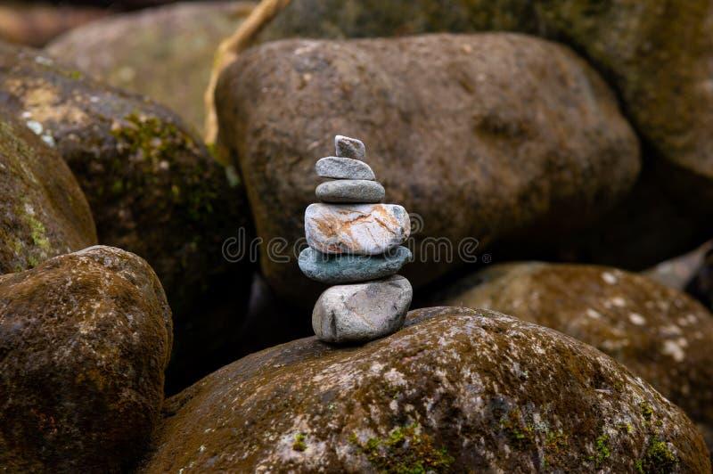 Evenwichtige stapel van stenen in rivier royalty-vrije stock afbeeldingen