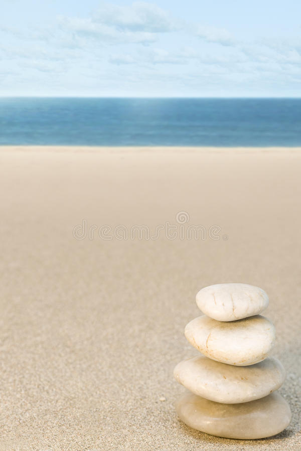 Evenwichtige steen op strand stock foto