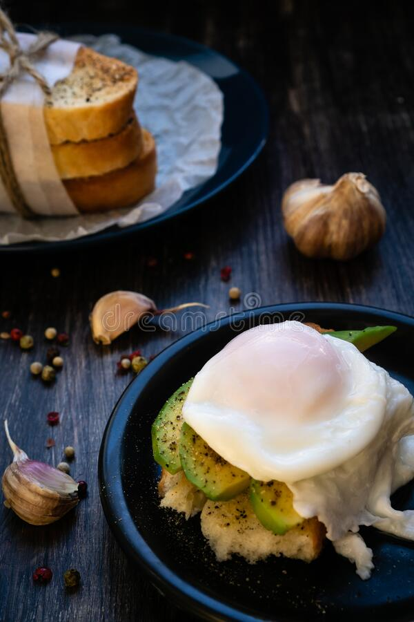 Evenwichtige voeding met eiwit, omega in plantaardige vetten en koolhydraten in wit brood stock afbeelding