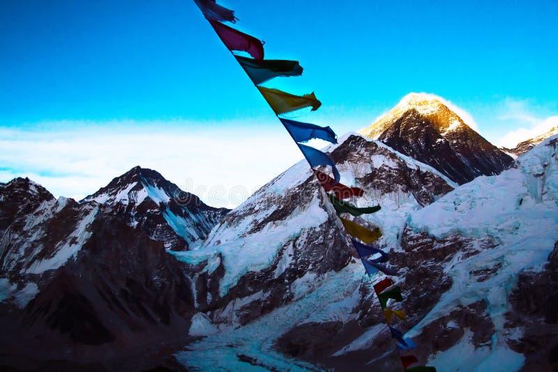 Everest από τις κορυφές Kalapathar που ανάβουν τον ήλιο βραδιού με βουδιστικό στοκ εικόνα με δικαίωμα ελεύθερης χρήσης