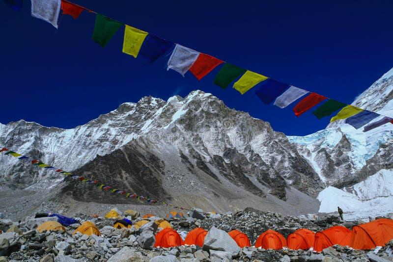 Everest arywistów ` namioty na Khumbu lodowu z modlitewnymi flaga zdjęcia stock