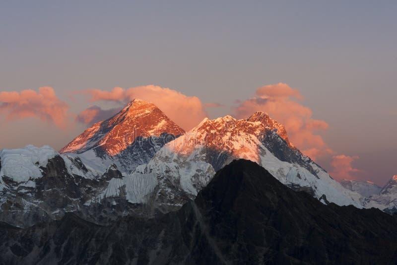 Everest au coucher du soleil. photographie stock