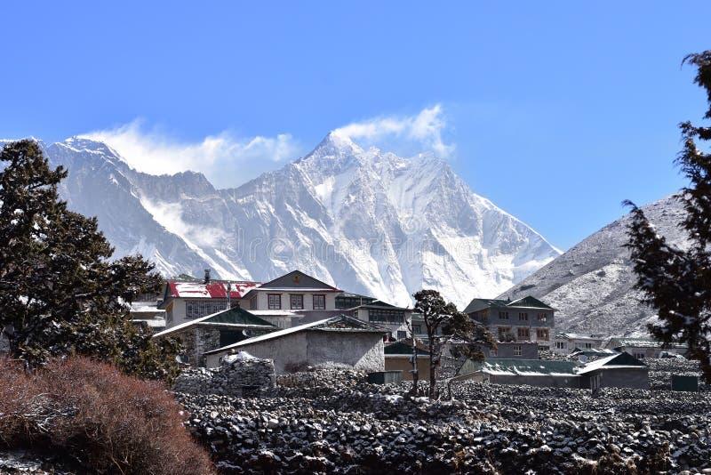 Everest bergskedja från by av Pangboche, Himalaya, royaltyfria foton