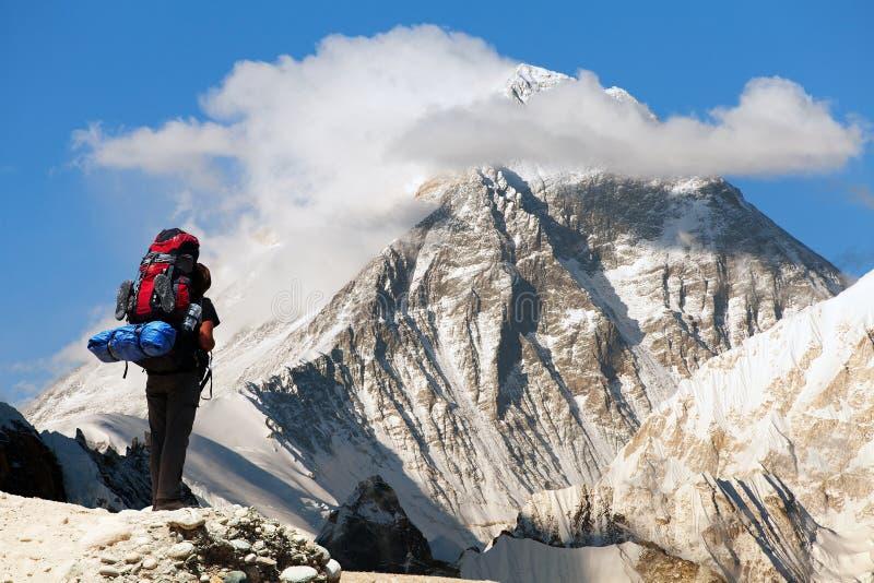 Everest dal ri di Gokyo con il turista immagini stock