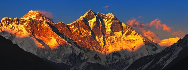 Everest en la puesta del sol imagen de archivo libre de regalías