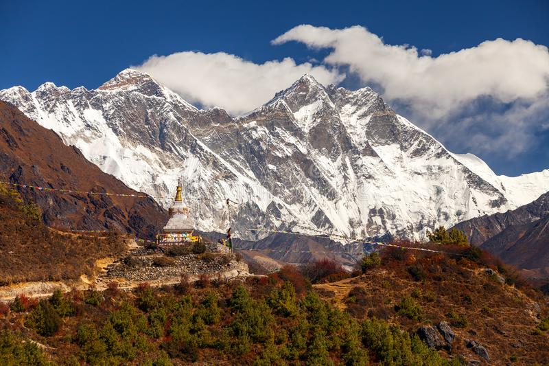 Everest, Himalayagebergte, landschap tussen manier aan Everest-Basiskamp, Nepal Sneeuw afgedekte bergbovenkant hoogst in de werel stock afbeelding