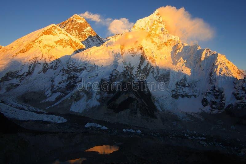 Everest los 8848m y Nupse los 7864m imagen de archivo