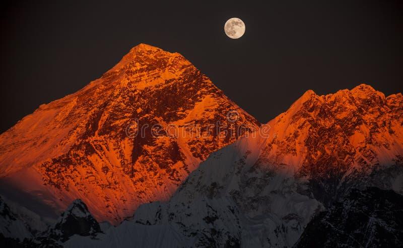 Everest maximal sur un coucher du soleil dans une pleine lune. image libre de droits