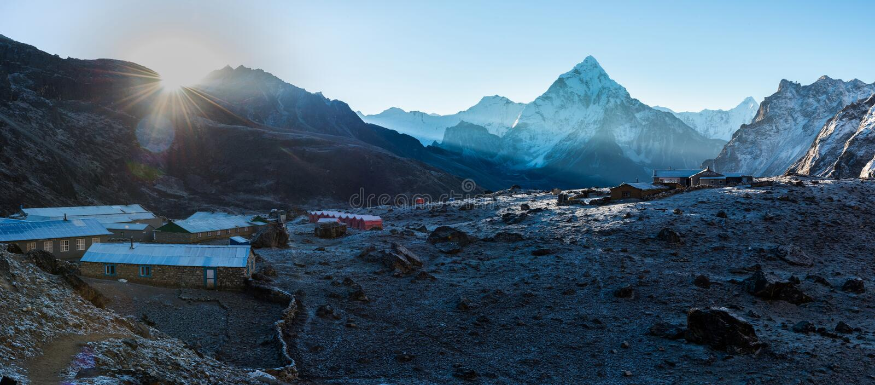 Everest Trek Sikt av dalen Pangboche eller Panboche är en vil royaltyfria foton