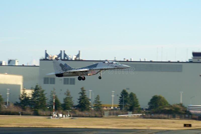 EVERETT, WASHINGTON, U.S.A. - 26 gennaio 2017: Un MiG-29UB durante il sito passa-basso della fabbrica di Boeing del athe alla con fotografia stock libera da diritti