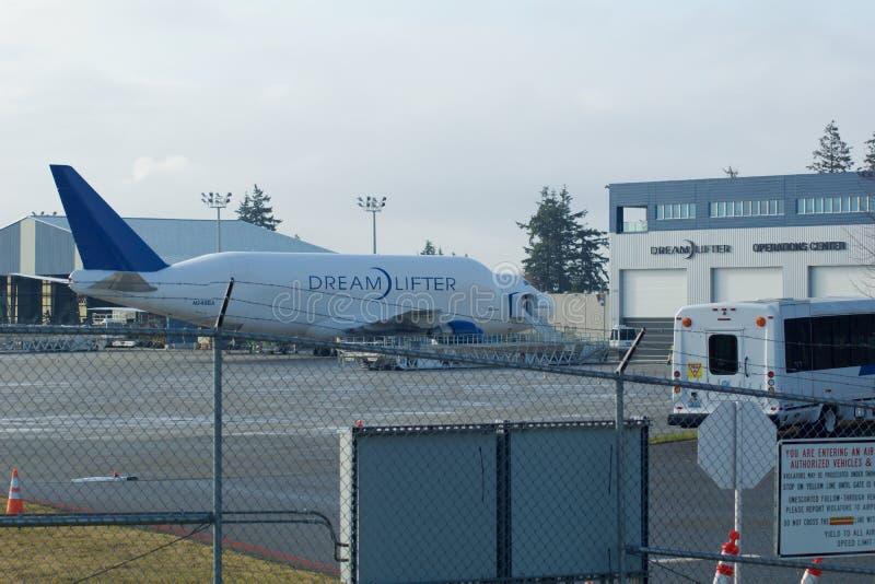 EVERETT WASHINGTON, USA - JANUARI 26th, 2017: Boeing 747 Dreamlifter parkering på den Snohomish County flygplatsen eller det Pain royaltyfri bild
