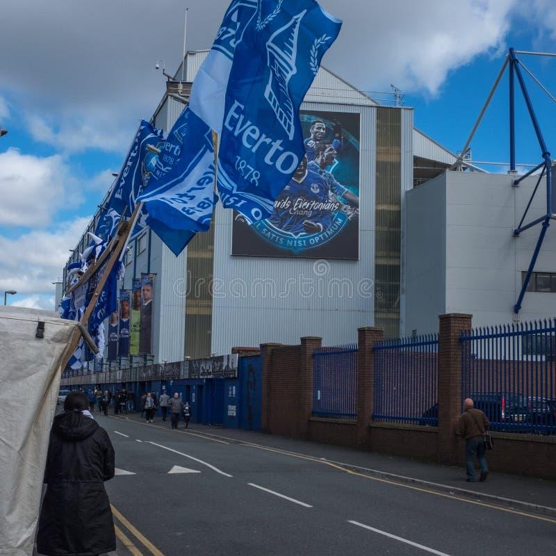 Everton, Liverpool, Reino Unido, abril, 17, 2016: Las muchedumbres de partidarios comienzan a recolectar en las calles en Everton fotos de archivo libres de regalías
